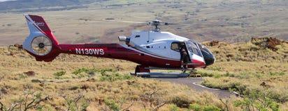 Ένα ελικόπτερο έτοιμο για την απογείωση κοντά στο ηφαίστειο Kilauea στοκ φωτογραφίες