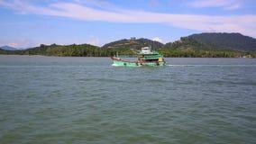 Ένα εμπορικό αλιευτικό σκάφος στον ορίζοντα στην απόσταση φιλμ μικρού μήκους
