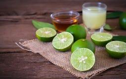 ένα λεμόνι ασβέστη με το χυμό και μέλι στο διαφανές γυαλί με το σάκο Στοκ εικόνες με δικαίωμα ελεύθερης χρήσης