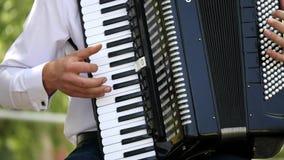 Ένα ενήλικο άτομο παίζει ένα ακκορντέον Μουσικό παιχνίδι κουαρτέτων Οι μουσικοί αποδίδουν στη συναυλία Ο μουσικός παίζει φιλμ μικρού μήκους