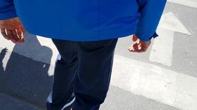 Ένα ενήλικο άτομο που διασχίζει ένα για τους πεζούς πέρασμα Σε ένα πόδι επειδή έχει την εγκεφαλική παράλυση απόθεμα βίντεο