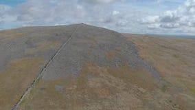 Ένα εναέριο ανεβαίνοντας μήκος σε πόδηα μιας δύσκολης σκωτσέζικης συνόδου κορυφής απόθεμα βίντεο