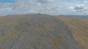 Ένα εναέριο μπροστινό μήκος σε πόδηα μιας δύσκολης σκωτσέζικης συνόδου κορυφής απόθεμα βίντεο