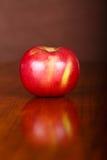 Η ενιαία Apple στον πίνακα με την αντανάκλαση Στοκ φωτογραφία με δικαίωμα ελεύθερης χρήσης