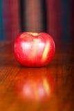 Η κόκκινη και πράσινη Apple στον ξύλινο πίνακα Στοκ φωτογραφία με δικαίωμα ελεύθερης χρήσης