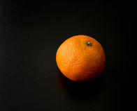Ένα ενιαίο πορτοκάλι κλημεντινών, από την πλευρά Στοκ φωτογραφία με δικαίωμα ελεύθερης χρήσης