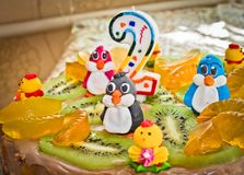 Ένα εορταστικό κέικ για δύο έτη με ένα κερί Στοκ φωτογραφία με δικαίωμα ελεύθερης χρήσης
