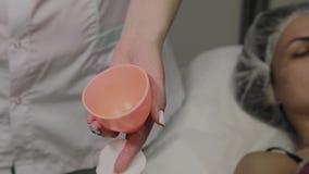 Ένα επαγγελματικό cosmetologist απολυμαίνει το όργανο με μια ειδική λύση Καινοτομίες Cosmetological φιλμ μικρού μήκους