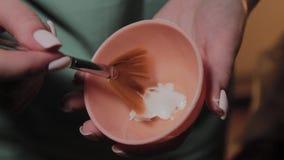 Ένα επαγγελματικό cosmetologist απολυμαίνει το όργανο με μια ειδική λύση Καινοτομίες Cosmetological απόθεμα βίντεο