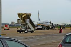 Ένα επιβατηγό αεροσκάφος Ryanair που προσγειώθηκε ακριβώς στοκ φωτογραφία