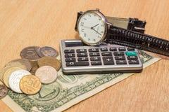 ένα επιτραπέζιο ρολόι, νομίσματα δολαρίων Στοκ εικόνα με δικαίωμα ελεύθερης χρήσης