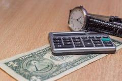 ένα επιτραπέζιο ρολόι, νομίσματα δολαρίων Στοκ εικόνες με δικαίωμα ελεύθερης χρήσης