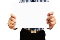Ένα επιχειρησιακό άτομο που κρατά το κενό έγγραφο Στοκ φωτογραφία με δικαίωμα ελεύθερης χρήσης