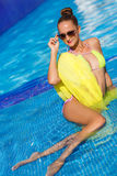 Ένα λεπτό κορίτσι με το κίτρινο pareo από τη λίμνη στοκ εικόνα με δικαίωμα ελεύθερης χρήσης