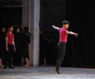 Ένα λεπτό στο στάδιο παίρνει δεκαετής την πρακτική-εθνική κατάρτιση χορού Στοκ Εικόνα