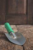 Ένα εργαλείο κήπων, ένα φτυάρι σε έναν ξύλινο παλαιό καφετή πίνακα, κινηματογράφηση σε πρώτο πλάνο Γ Στοκ εικόνες με δικαίωμα ελεύθερης χρήσης