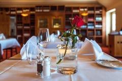 Ένα εστιατόριο Εξυπηρετούμενοι πίνακες Γυαλιά στοκ εικόνες