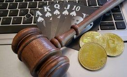 Ένα ευθύ επίπεδο χέρι πόκερ με gavel και bitcoins στοκ εικόνα