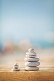 Ένα λευκό και ο Μαύρος υποβάθρου πετρών zen στοκ φωτογραφίες με δικαίωμα ελεύθερης χρήσης