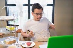 Ένα ευτυχές άτομο και ο υπολογιστής του στο χρόνο τσαγιού Στοκ φωτογραφίες με δικαίωμα ελεύθερης χρήσης