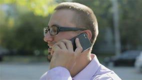 Ένα ευτυχές άτομο που μιλά στο τηλέφωνο απόθεμα βίντεο