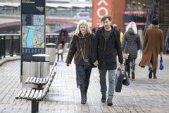 Ένα ευτυχές ζεύγος, που κρατά τα χέρια, που περπατούν κατά μήκος της προκυμαίας Στοκ Φωτογραφία