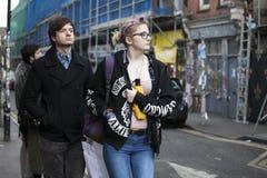 Ένα ευτυχές ζεύγος, που κρατά τα χέρια, που περπατούν στο ανατολικό Λονδίνο Στοκ Φωτογραφίες