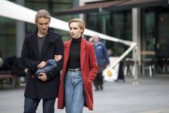 Ένα ευτυχές ζεύγος, που κρατά τα χέρια, που περπατούν στο ανατολικό Λονδίνο Στοκ Εικόνες