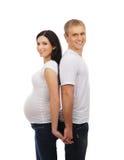 Ένα ευτυχές ζεύγος που περιμένει το μωρό στα άσπρα ενδύματα Στοκ φωτογραφία με δικαίωμα ελεύθερης χρήσης