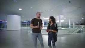 Ένα ευτυχές νέο ζεύγος περιμένει το ταξίδι στον αερολιμένα απόθεμα βίντεο