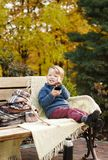 Ένα ευχάριστο αγόρι παιδιών πίνει το τσάι από ένα φλυτζάνι με thermos, Si Στοκ φωτογραφίες με δικαίωμα ελεύθερης χρήσης