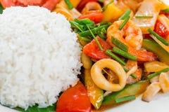 Ένα εύγευστες ασιατικές πιάτο και μια γαρίδα ρυζιού με τα λαχανικά στο γλυκό Στοκ Φωτογραφίες