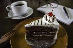 Ένα εύγευστο κέικ με έναν καφέ και την ατζέντα Στοκ εικόνα με δικαίωμα ελεύθερης χρήσης