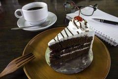 Ένα εύγευστο κέικ με έναν καφέ και την ατζέντα Στοκ φωτογραφίες με δικαίωμα ελεύθερης χρήσης