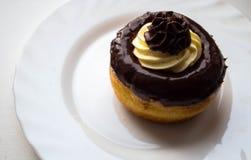 Ένα εύγευστο κέικ ρουμιού με τη σοκολάτα και το βούτυρο αποβουτυρώνουν σε ένα πιάτο στοκ φωτογραφία με δικαίωμα ελεύθερης χρήσης