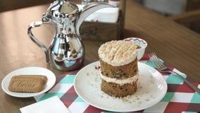 Ένα εύγευστο κέικ σε ένα πιάτο φιλμ μικρού μήκους