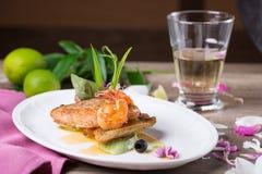 Ένα εύγευστο πιάτο του ψημένων στη σχάρα σολομού και των γαρίδων στοκ φωτογραφία με δικαίωμα ελεύθερης χρήσης