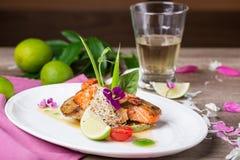Ένα εύγευστο πιάτο του ψημένων στη σχάρα σολομού και των γαρίδων στοκ φωτογραφία