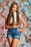 Ένα ελκυστικό κορίτσι με τη μακριά καφετιά τρίχα Στοκ Εικόνες