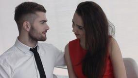 Ένα ελκυστικό νέο ζεύγος που απολαμβάνει την ο ένας του άλλου επιχείρηση πέρα από το μεσημεριανό γεύμα Στοκ Εικόνες