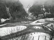 Ένα ζαλίζοντας τοπίο βουνών χιονιού κατά μήκος της φυσικής διαδρομής τραίνων Στοκ Φωτογραφία