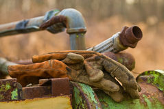 Βρώμικα γάντια κατασκευής στο βαρύ εξοπλισμό Στοκ φωτογραφίες με δικαίωμα ελεύθερης χρήσης