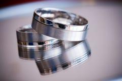 Ένα ζευγάρι των ασημένιων γαμήλιων δαχτυλιδιών Στοκ εικόνες με δικαίωμα ελεύθερης χρήσης