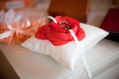 Ένα ζευγάρι των γαμήλιων δαχτυλιδιών σε ένα άσπρο μαξιλάρι στοκ εικόνα με δικαίωμα ελεύθερης χρήσης