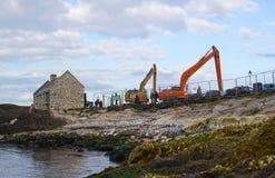 Ένα ζευγάρι των γερανών έτοιμων να εκβαθύνουν το μικρό λιμάνι σε Ballintoy στη βόρειο Antrim ακτή της Βόρειας Ιρλανδίας μια ήρεμη Στοκ εικόνες με δικαίωμα ελεύθερης χρήσης