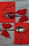 Ένα ζευγάρι των κουταλιών με την κόκκινες κορδέλλα και τις καρδιές, ημέρα του βαλεντίνου Στοκ φωτογραφία με δικαίωμα ελεύθερης χρήσης