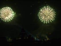 Ένα ζευγάρι των λουλουδιών εξερράγη συγχρόνως τα πυροτεχνήματα ενάντια στο σκηνικό ενός μαύρου θερινού ουρανού Στοκ Φωτογραφίες