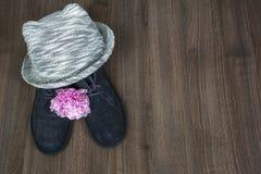 Ένα ζευγάρι των μπλε μποτών για τη γυναίκα με το peony και γκρίζο καπέλο Στοκ φωτογραφίες με δικαίωμα ελεύθερης χρήσης