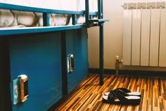Ένα ζευγάρι των παπουτσιών κάθεται στο πάτωμα ενός δωματίου ξενοδοχεί στοκ εικόνα με δικαίωμα ελεύθερης χρήσης
