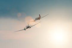 Ένα ζευγάρι των παλαιών turboprop αεροσκαφών στον ουρανό στο ηλιοβασίλεμα Στοκ εικόνα με δικαίωμα ελεύθερης χρήσης